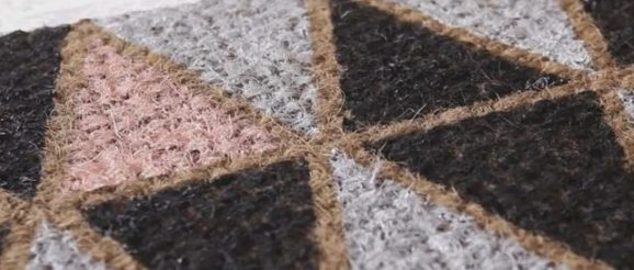 Un tapis décoré à la peinture
