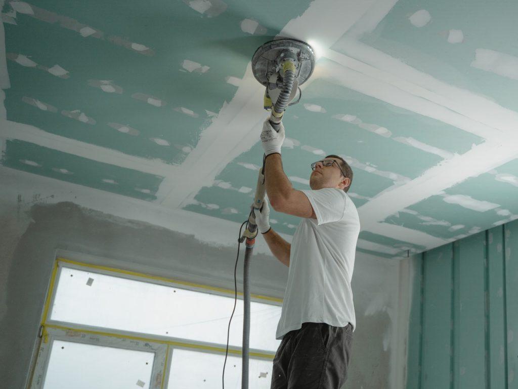 homme rénovation plafond