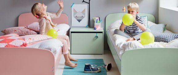 Chambre avec deux enfants et deux lits