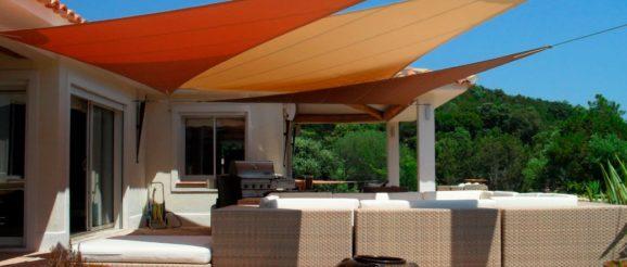 Terrasse avec voile d'ombrage orange