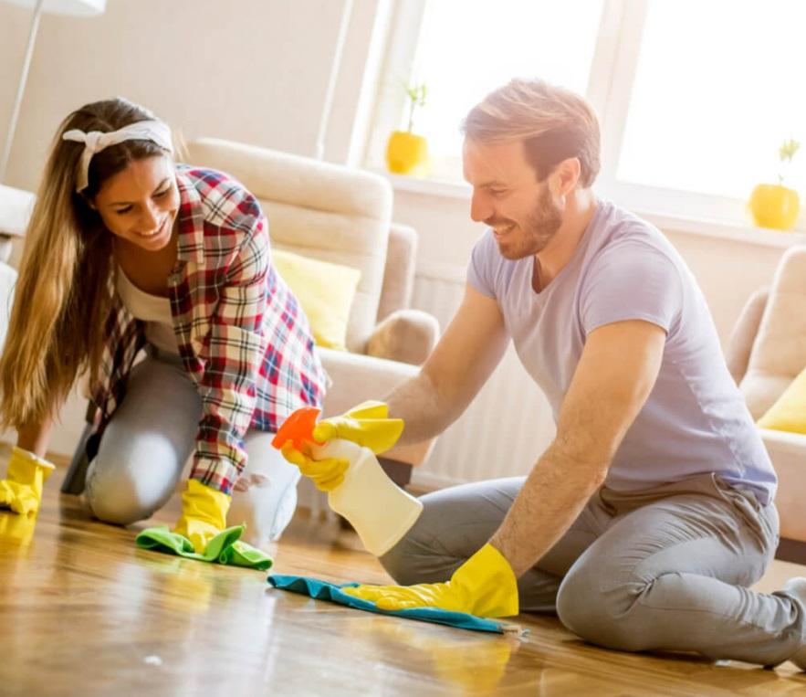 Couple qui fait le ménage