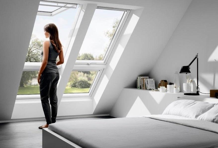 Femme devant des fenêtres de toit
