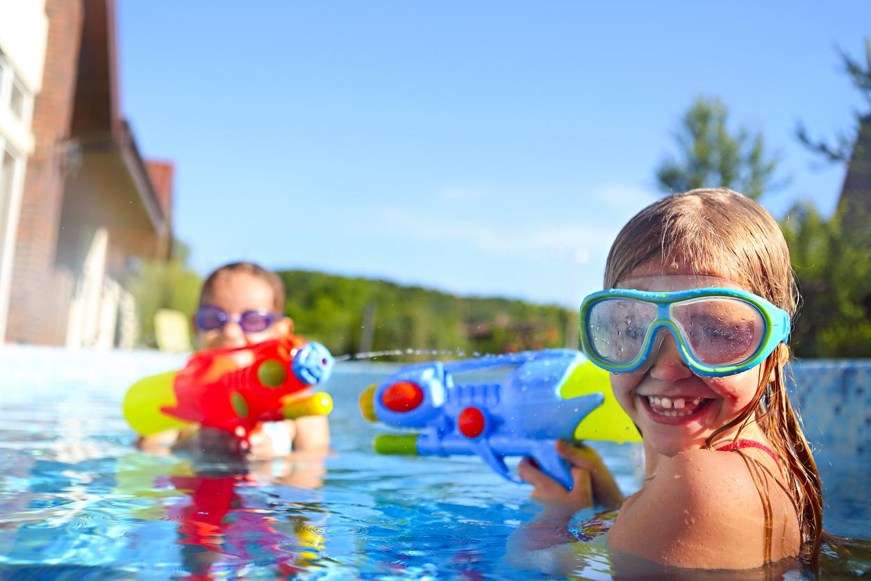 Des enfants qui jouent dans la piscine