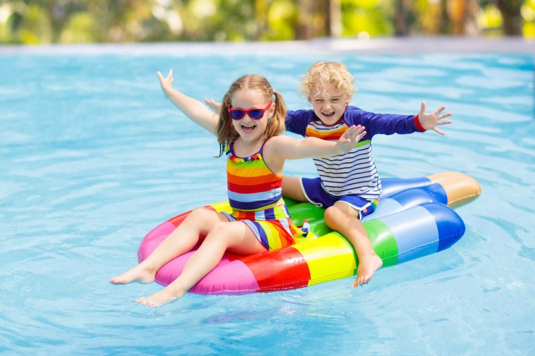 Des enfants qui s'amusent dans l'eau