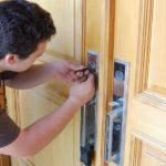 Ouvrir une porte fermée à l'aide d'un trombone: une fausse bonne idée