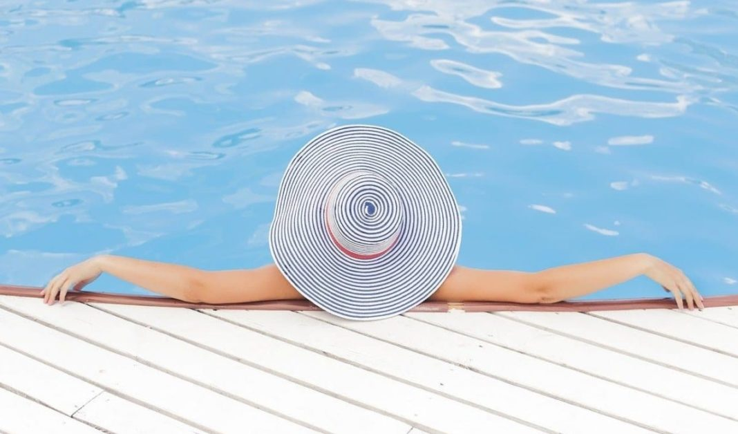 Femme dans une piscine avec un chapeau