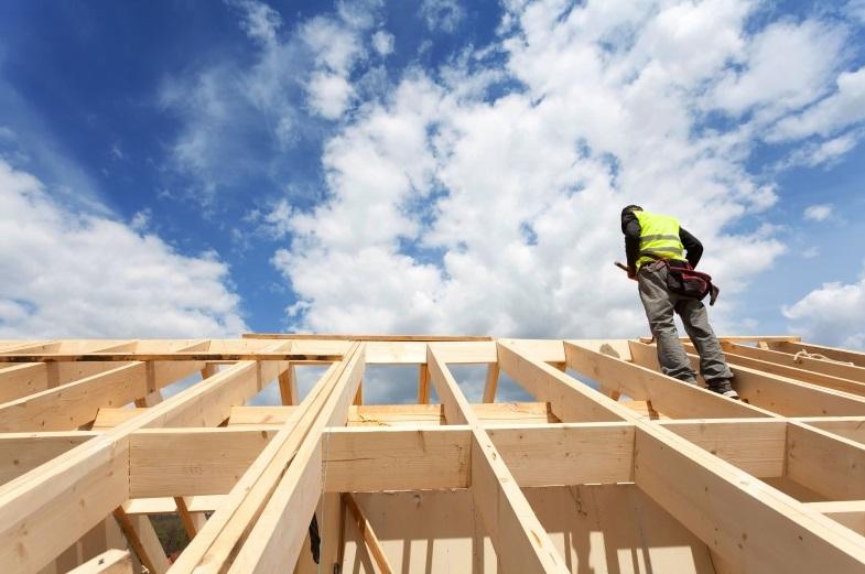Homme qui construit une maison