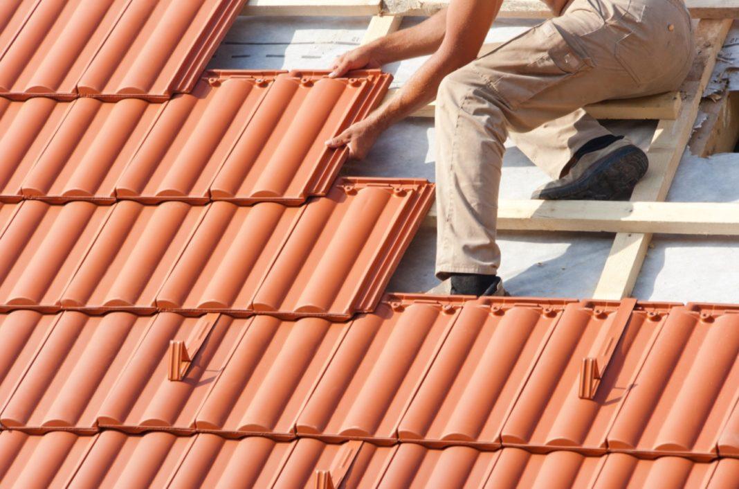 Personne réalisant des travaux sur un toit