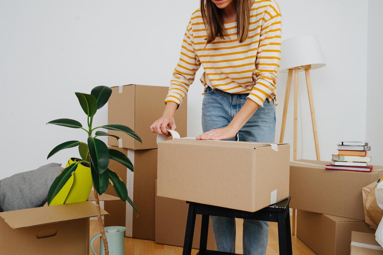 Une femme qui prépare ses cartons de déménagement