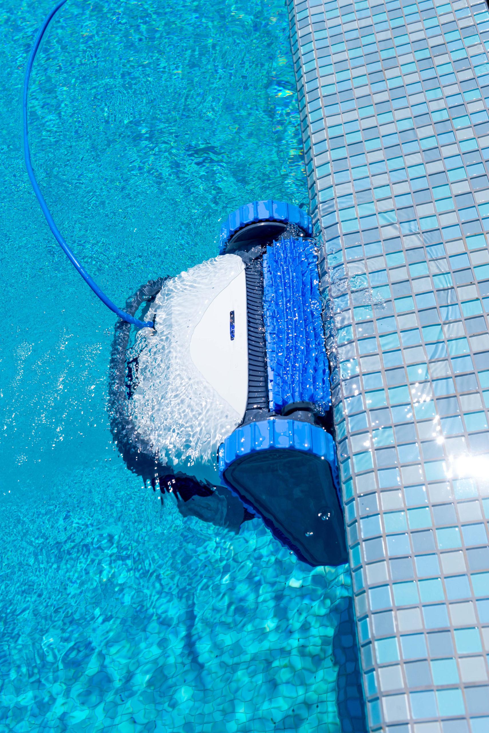 Un robot électrique nettoyant une piscine