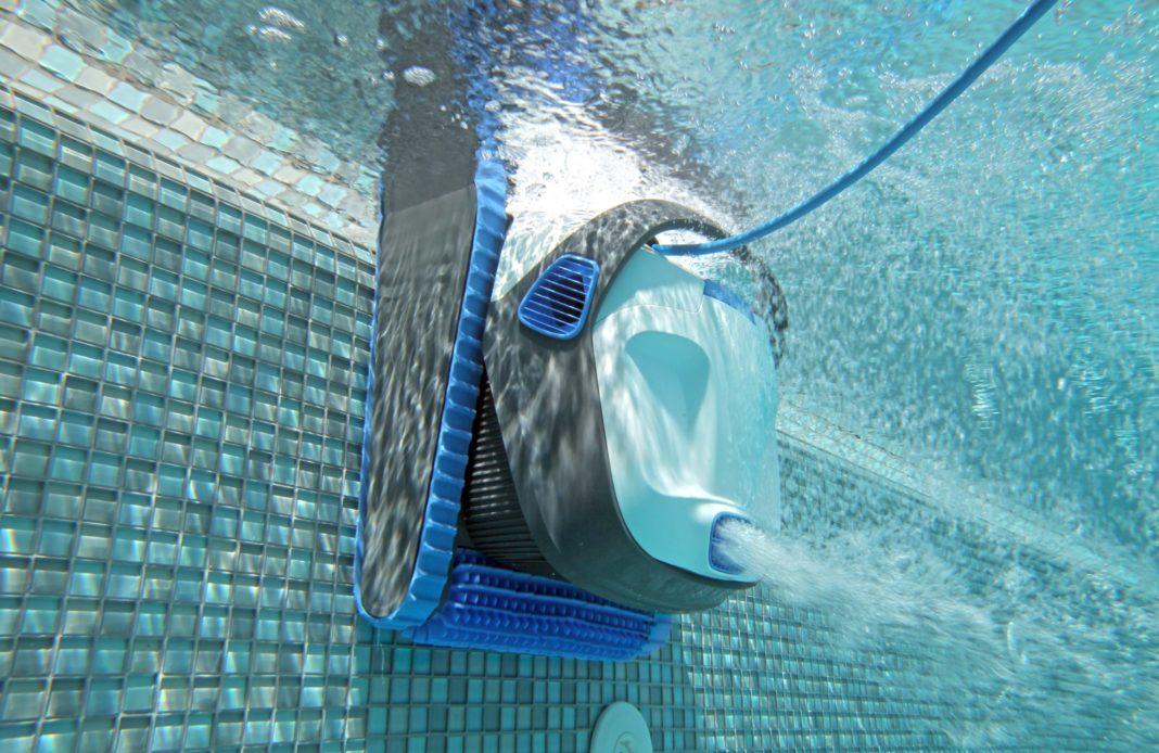 Un robot nettoyant l'intérieur d'une piscine