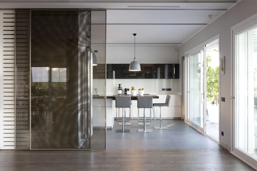 Une cuisine moderne avec une porte coulissante