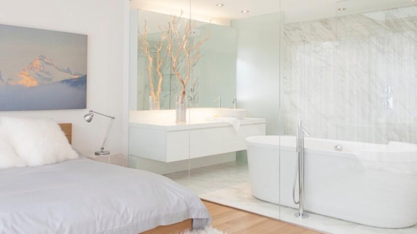 Une chambre avec sa salle de bain séparé par une porte coulissante