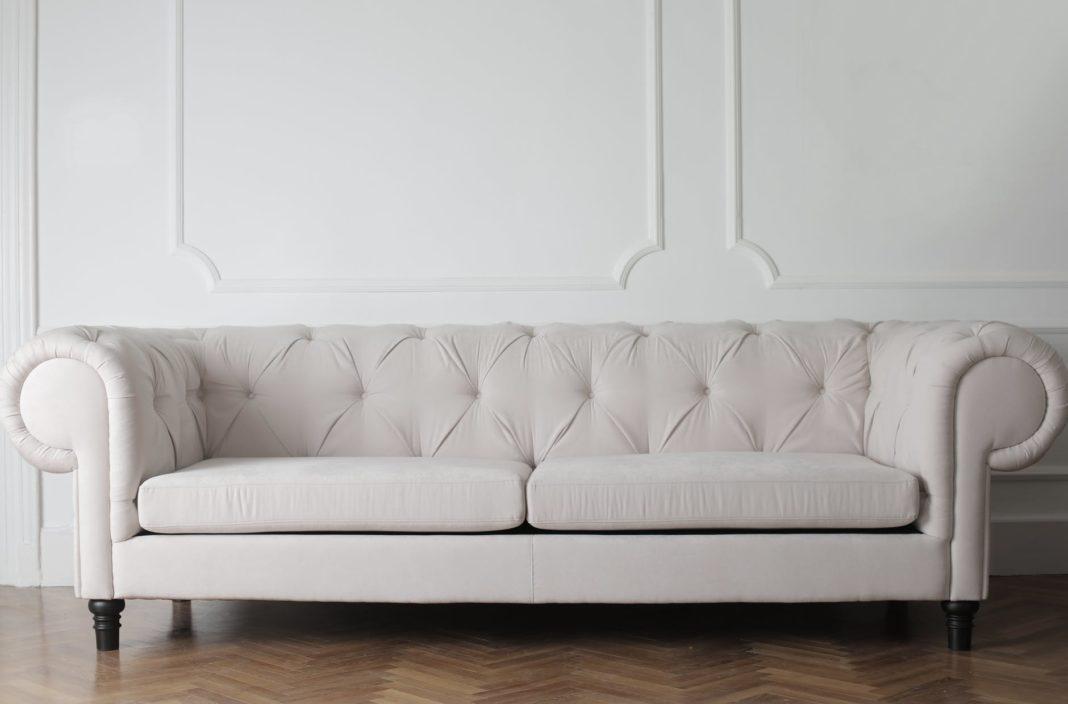 un canapé en cuir blanc