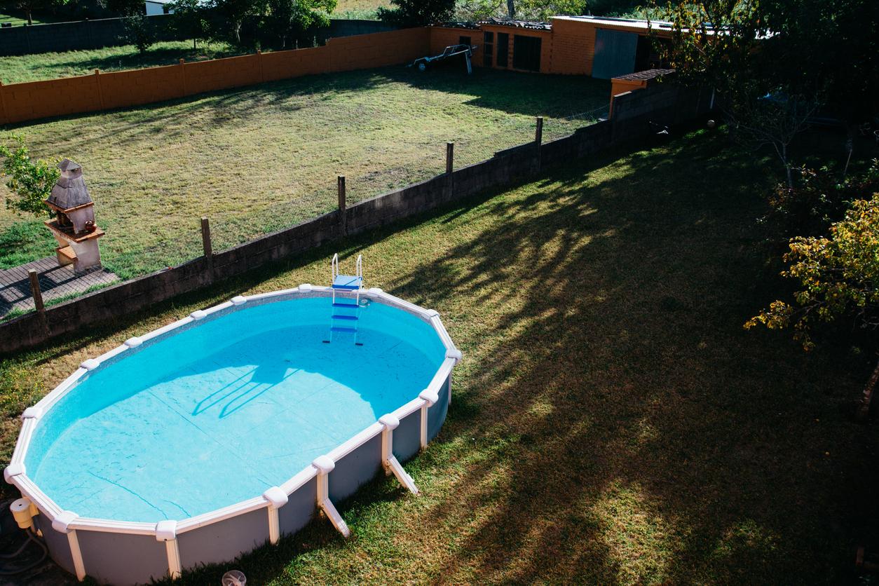 une grande piscine tubulaire dans jardin