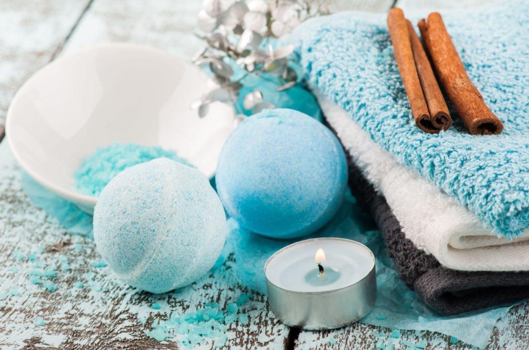 Bombes de bains et serviettes dans la salle de bain
