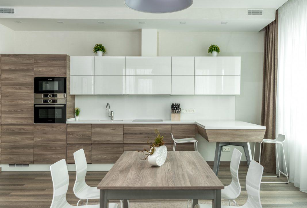 cuisine en longueur aménagement tons neutres blanc et bois