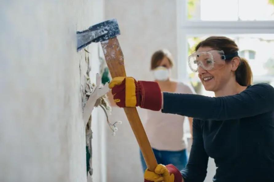 femmes epi casser mur marteau