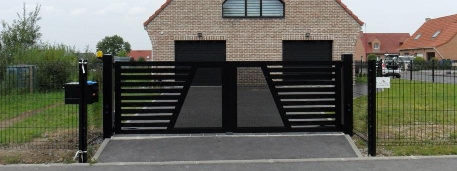 Un portail de sécurité devant une maison