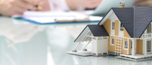 Signature d'un contrat de prêt hypothécaire.