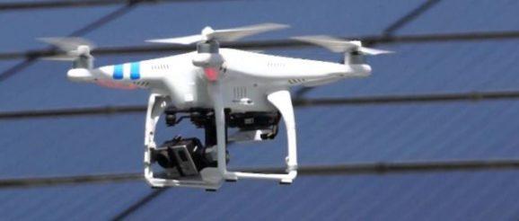 Un drone examinant une toiture