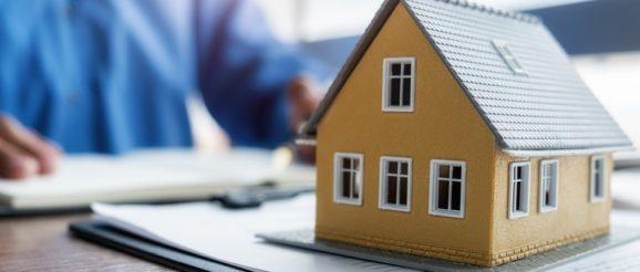 Maquette de maison sur un bureau