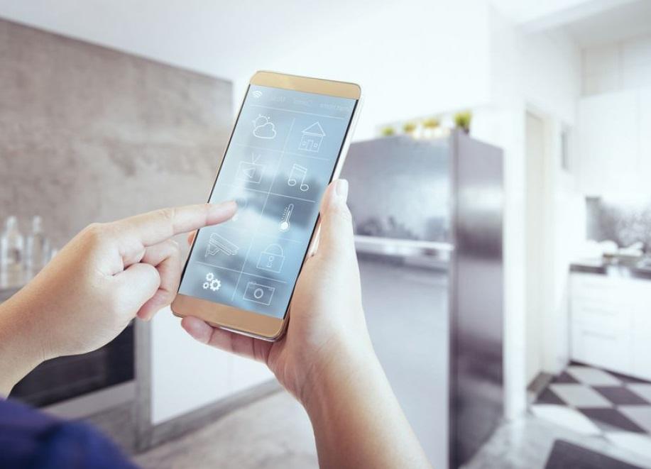 Smartphone dans une maison connectée