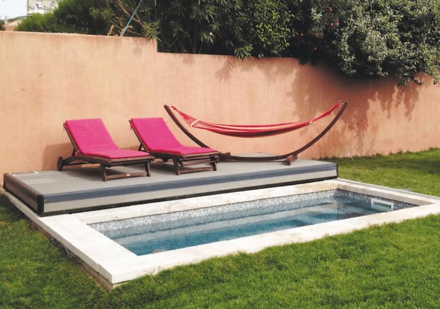 mini-piscine avec deux transats roses
