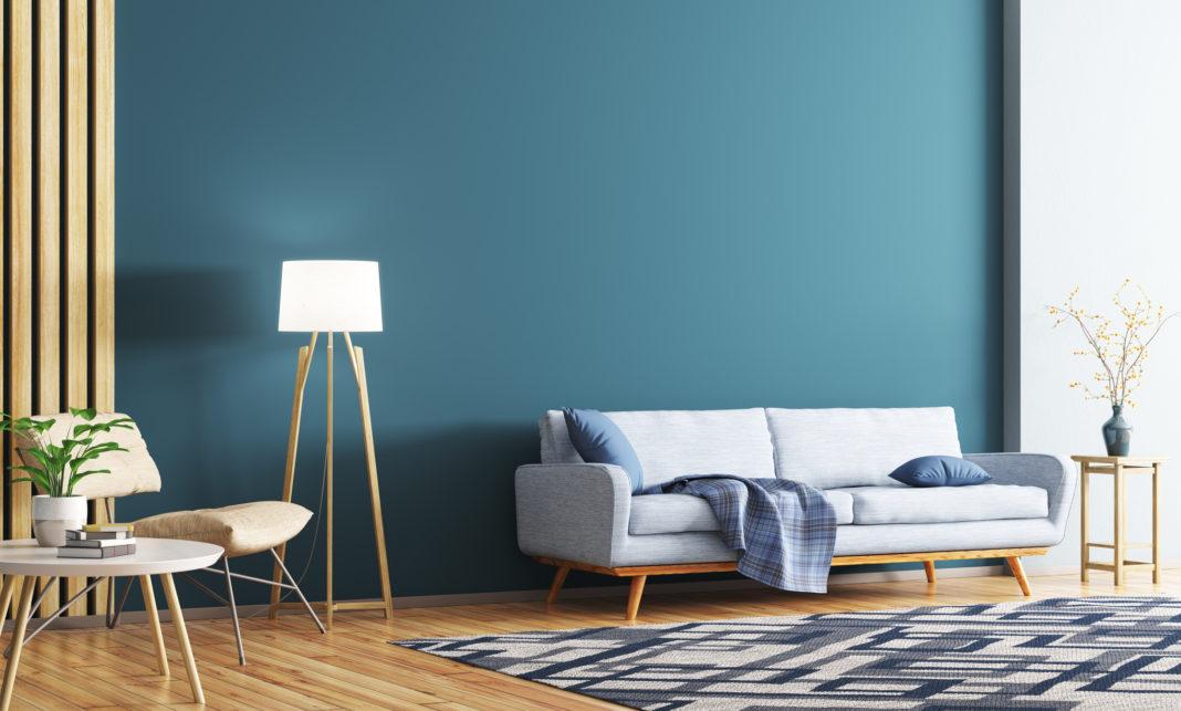 Une pièce de salon avec un lampadaire