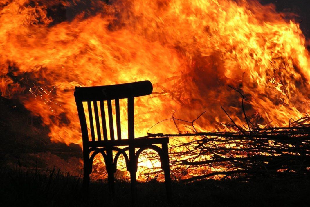 Chaise devant un feu