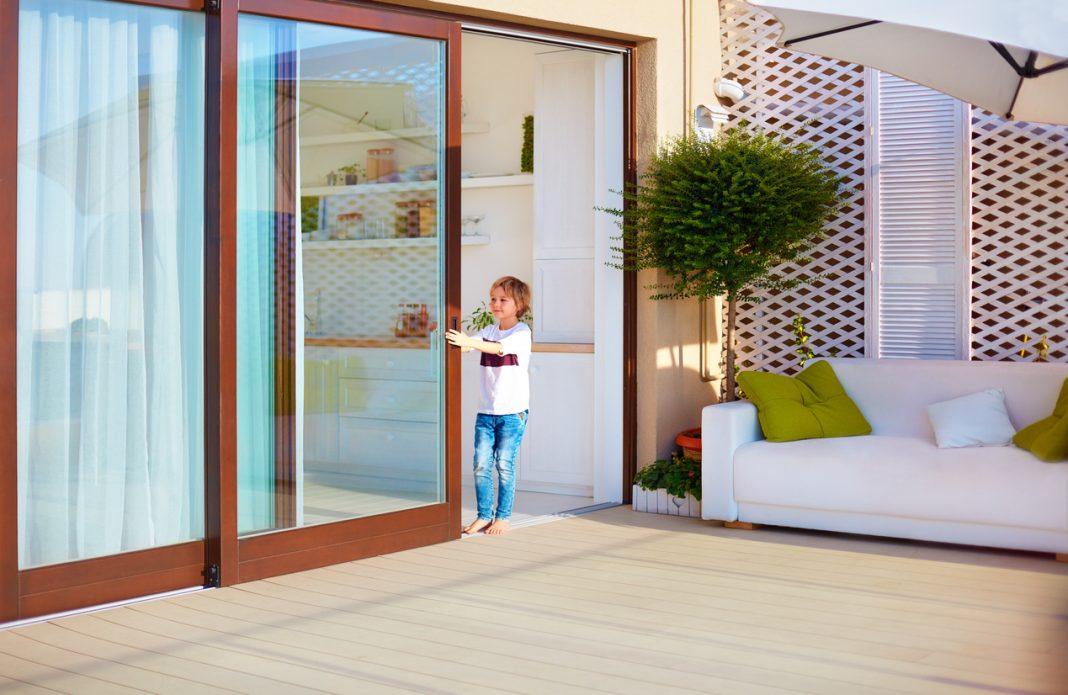 Une porte coulissante pour accéder à l'extérieur