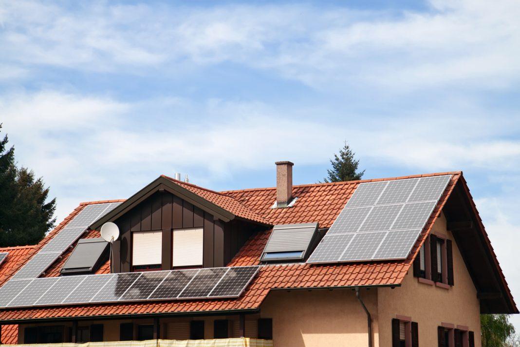 Des panneaux solaires sur le toit d'une maison