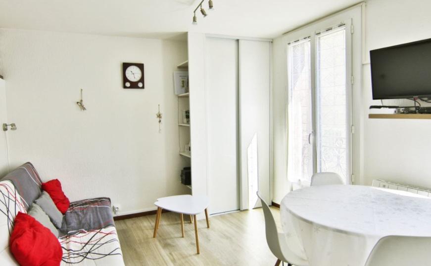 appartement studio canapé chaine table décoration