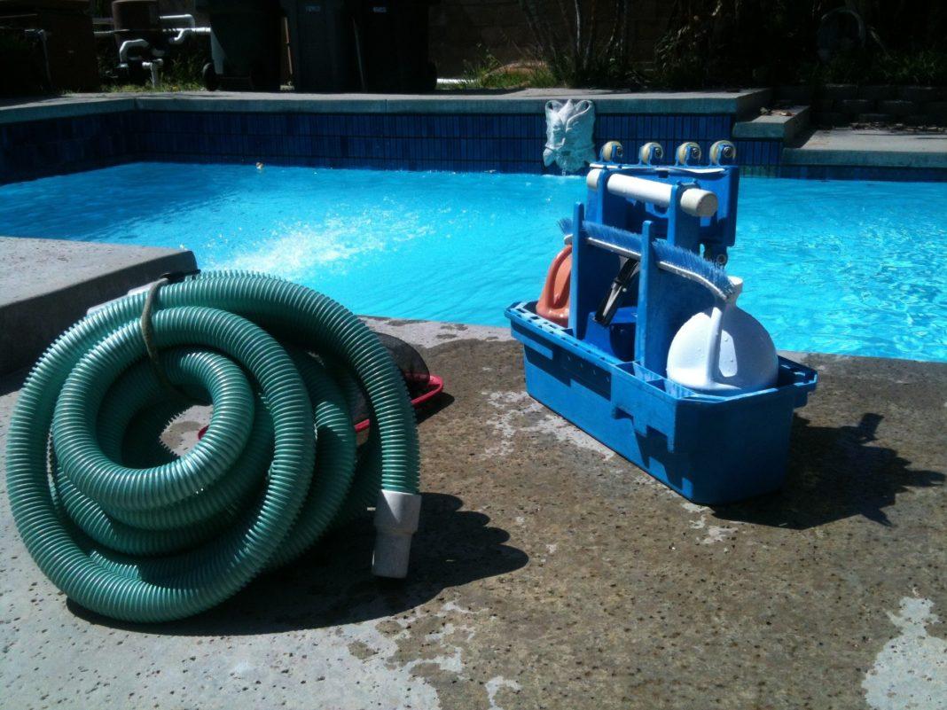 tuyau évacuation et matériel nettoyage piscine à vidanger