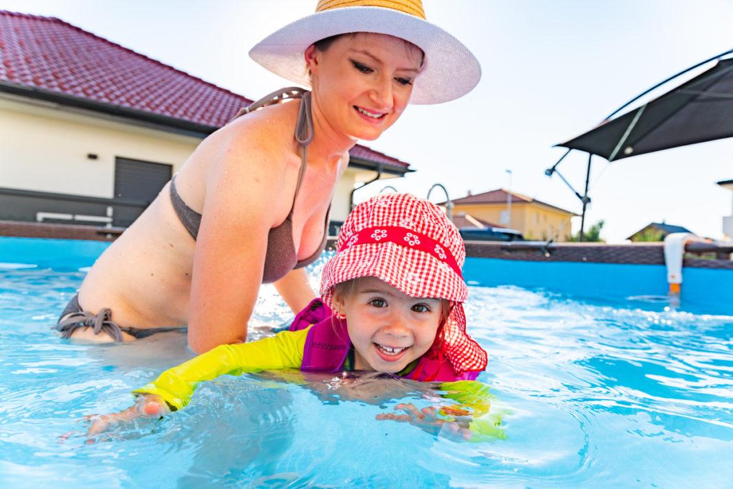 un enfant et sa mère dans une piscine